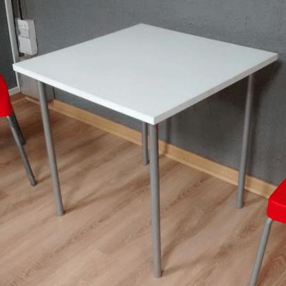 mesa cuadrada plana